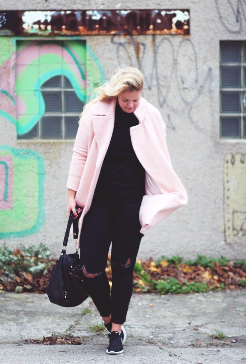 OUTFIT <i>- en kombination af sort og lyserød</i>