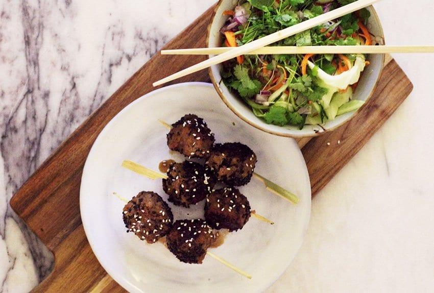 OPSKRIFT <i>- asiatiske kødboller vendt i teriyaki og sesam</i>