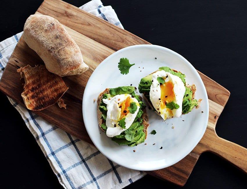 OPSKRIFT <i>- Avocado-toast med pocherede æg</i>