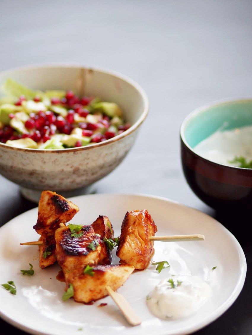 OPSKRIFT <i>- chili&hvidløgs kyllingespyd med honning-lime dip på skyr</i>