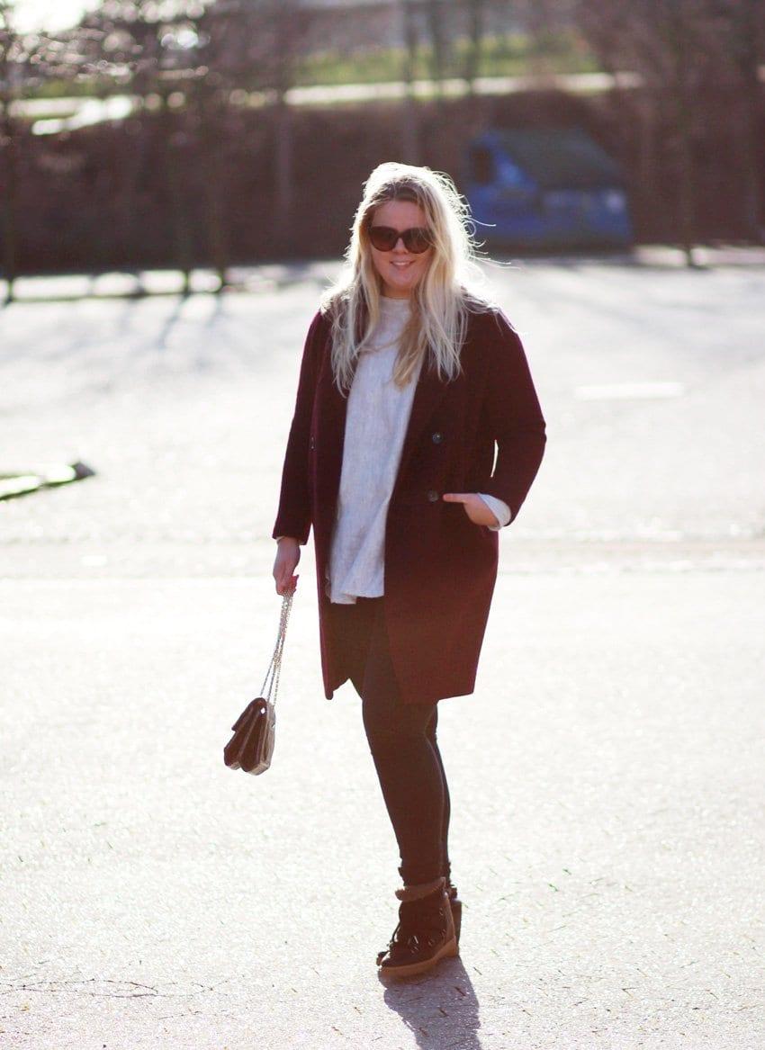 OUTFIT <i>- bordeaux frakke og Isabel Marant Nowles</i>