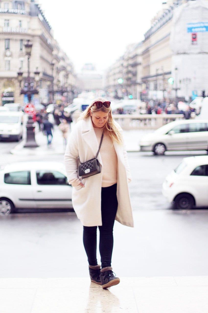 OUTFIT <i>- Parisienne i nude, hvid, sort og Chanel</i>