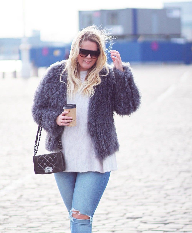 WEEEKEND-MODE - pels og ripped jeans..