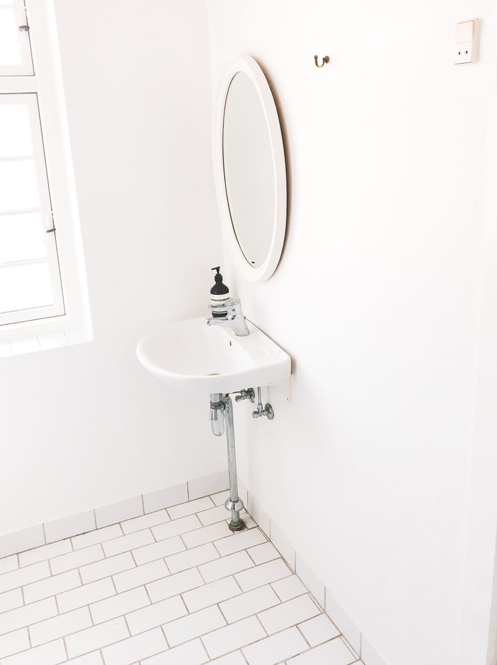 room-makeover-badevarelse-bathroom-budget-messing-1-of-12