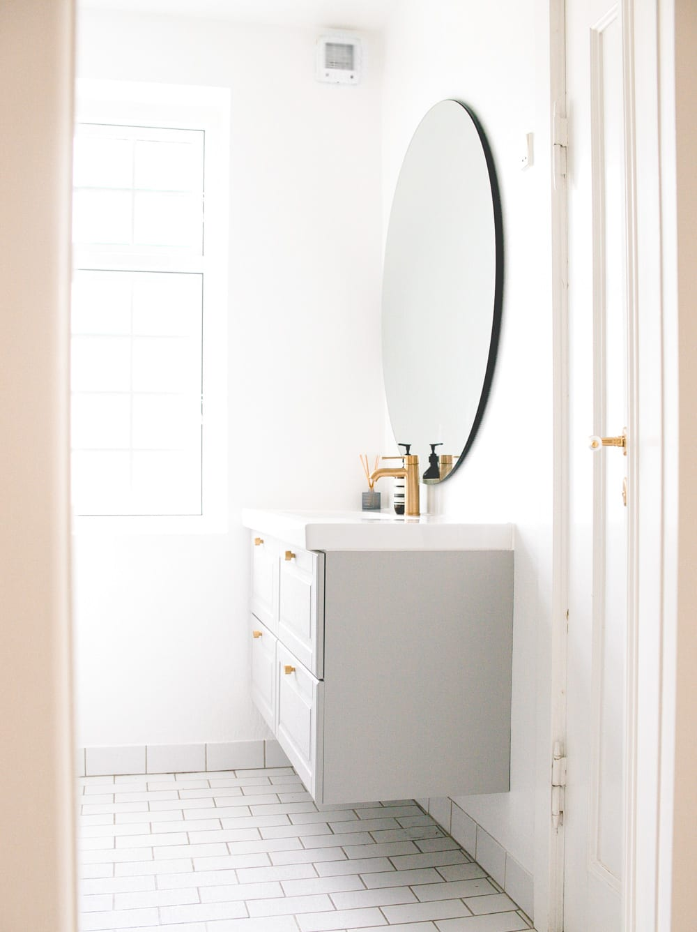 room-makeover-badevarelse-bathroom-budget-messing-2-of-12